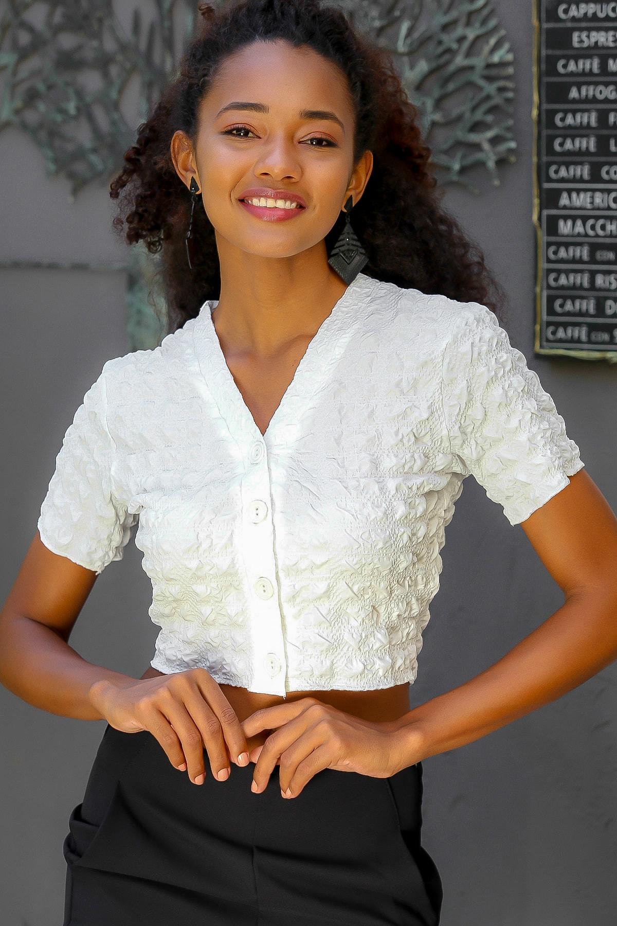 Chiccy Kadın Beyaz V Yaka Düğmeli Dokuma Crop Bluz M10010200BL95104