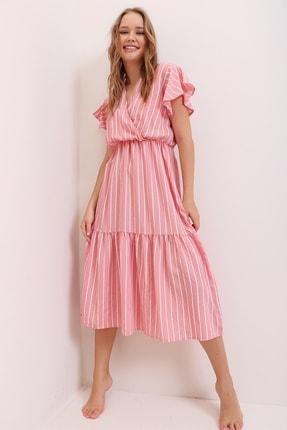 Trend Alaçatı Stili Kadın Pudra Pembe Çizgi Desenli Kruvaze Maxi Boy Elbise ALC-X6658