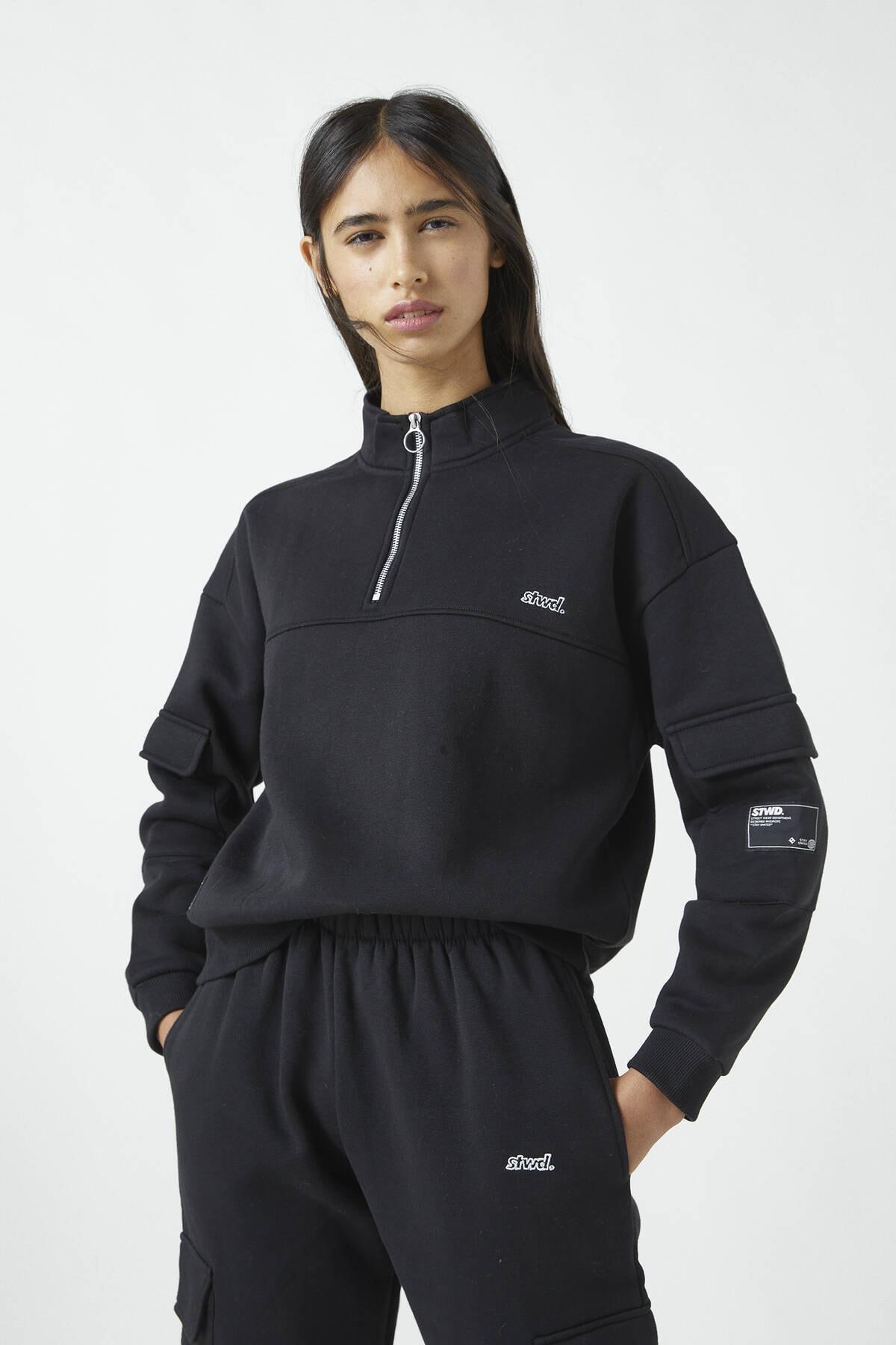 Pull & Bear Kadın Siyah İşlemeli Etiketli Sweatshirt 09594339