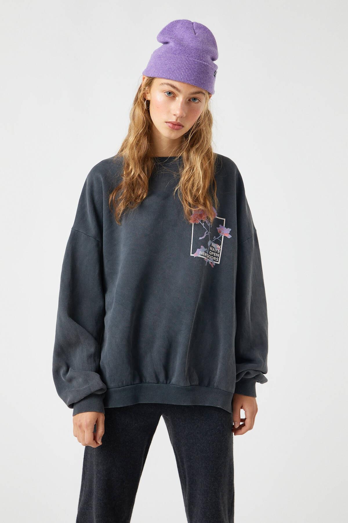 Pull & Bear Kadın Siyah Gül Görselli Soluk Siyah Sweatshirt 09594365