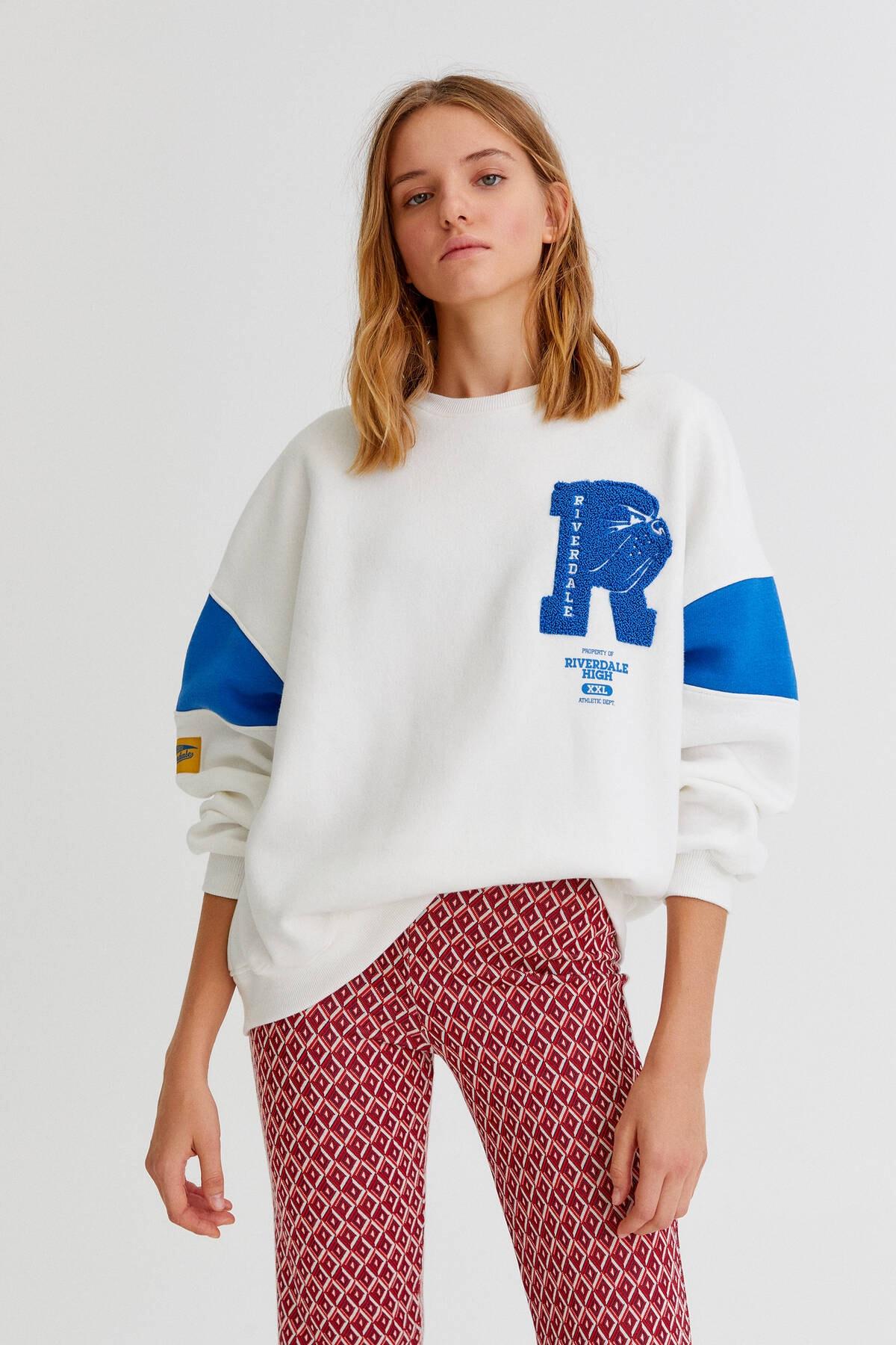 "Pull & Bear ""Riverdale"" yamalı kolej sweatshirt"