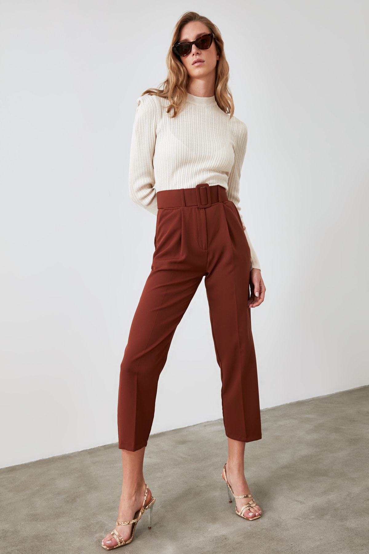 TRENDYOLMİLLA Kahverengi Kemer Detaylı Pantolon TWOSS19BB0468 1