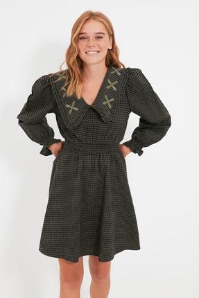 TRENDYOLMİLLA Haki Yaka Detaylı Pötikareli Elbise TWOAW22EL0118