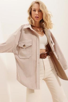 Trend Alaçatı Stili Kadın Bej Kadife Pamuklu Çift Cep Oversize Ceket Gömlek ALC-690-001