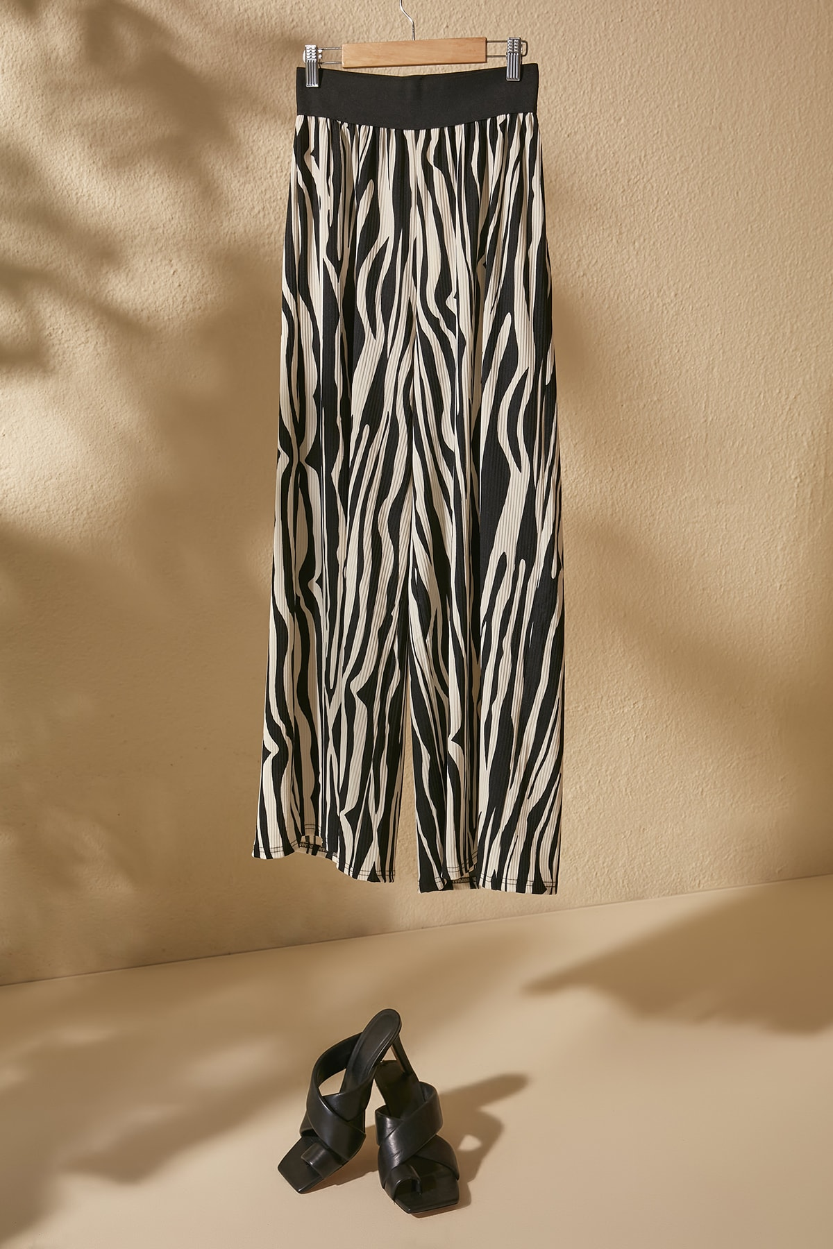 TRENDYOLMİLLA Siyah Zebra Desenli Örme Pantolon TWOSS20PL0463 1