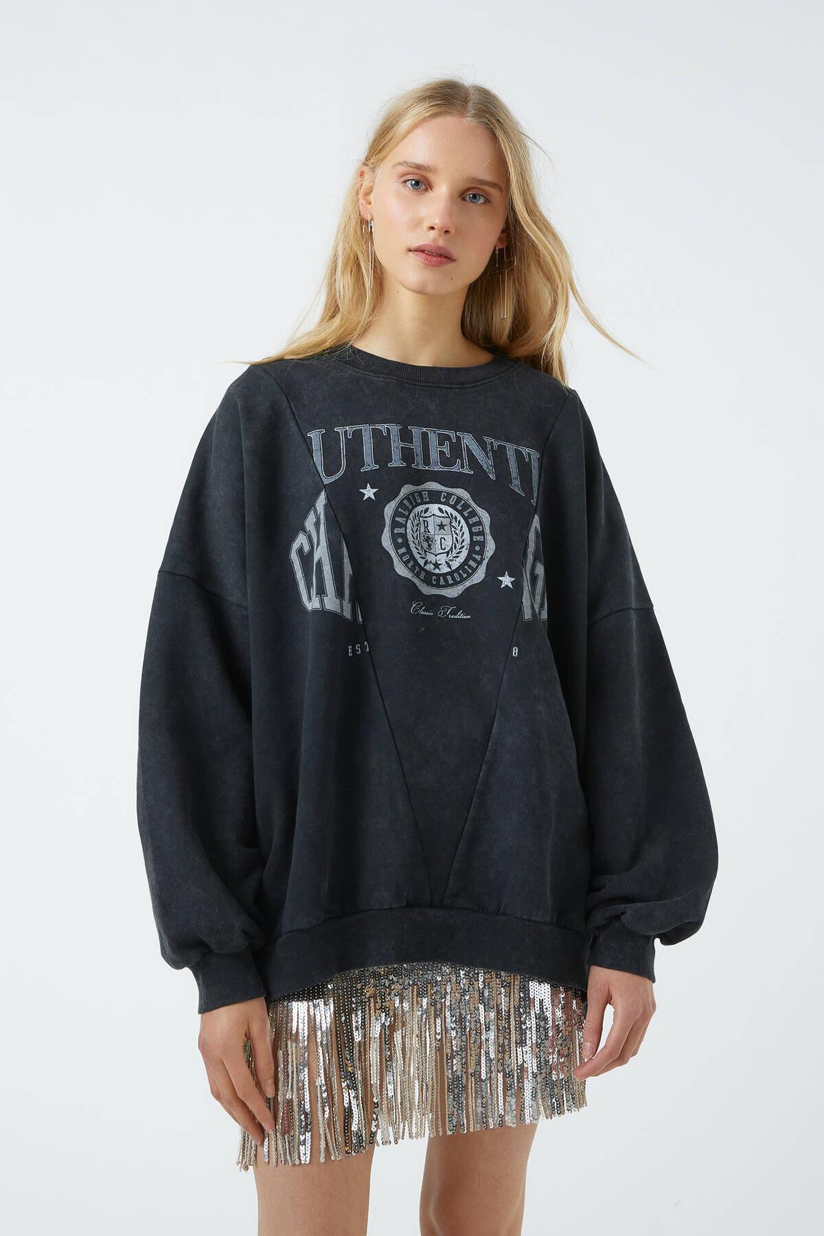 Pull & Bear Kadın Soluk Siyah Sloganlı Soluk Efektli Sweatshirt 09594333