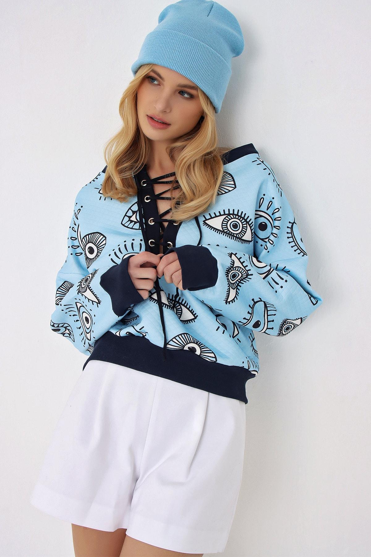 Trend Alaçatı Stili Kadın Mavi Önü Bağcıklı Dijital Baskılı Oversize Sweatshırt 2