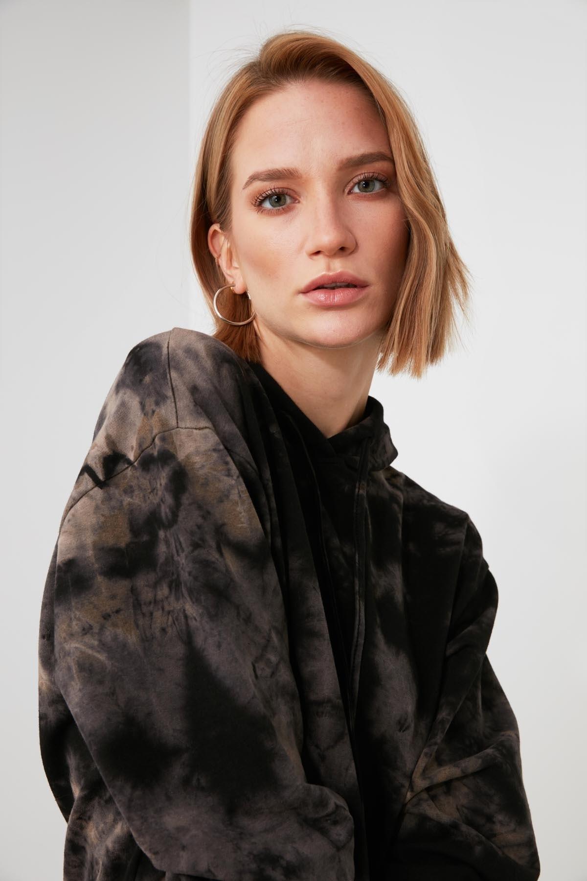 TRENDYOLMİLLA Çok Renkli Batik Örme Sweatshirt TWOAW21SW1522 1