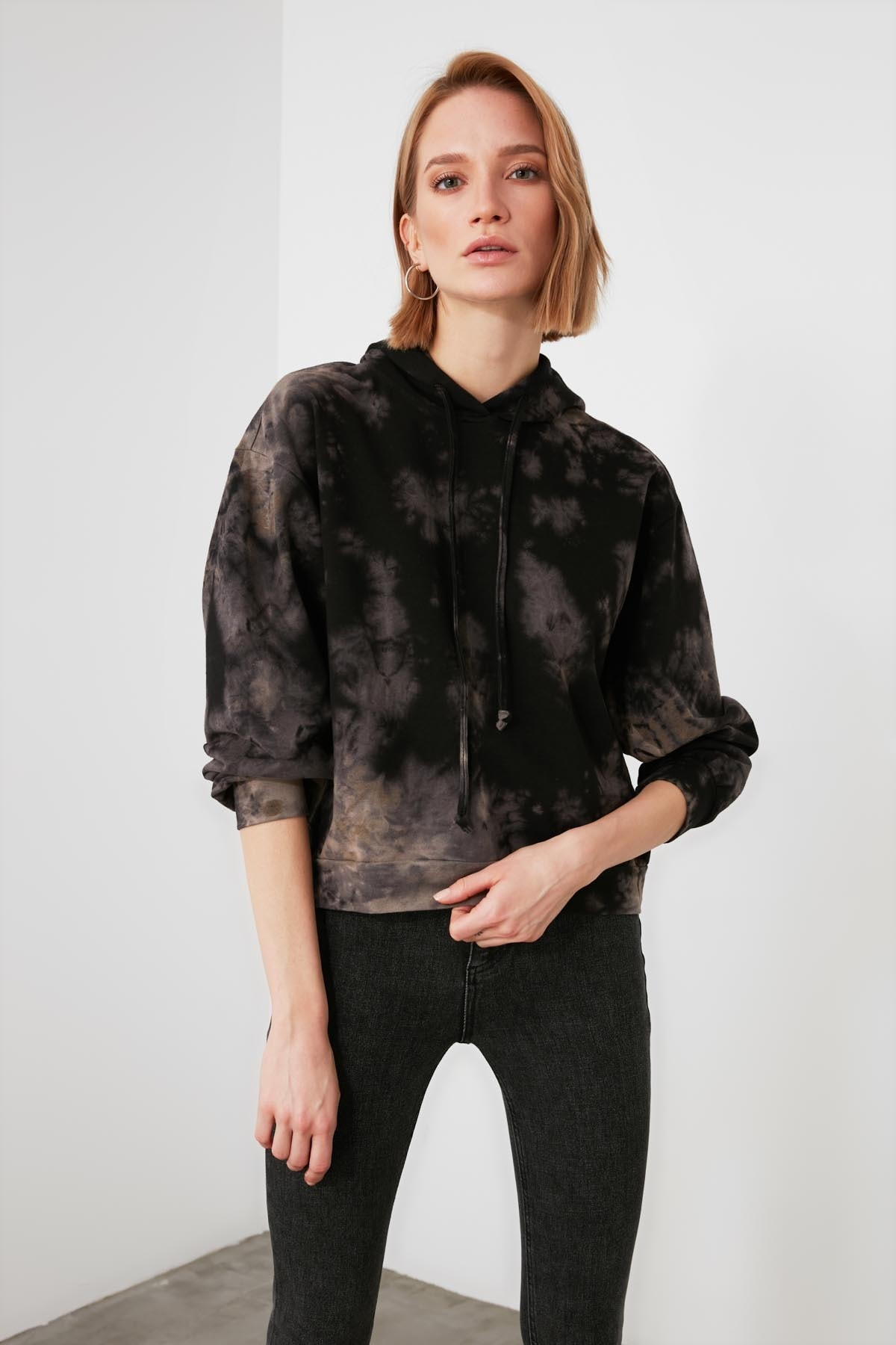 TRENDYOLMİLLA Çok Renkli Batik Örme Sweatshirt TWOAW21SW1522 2