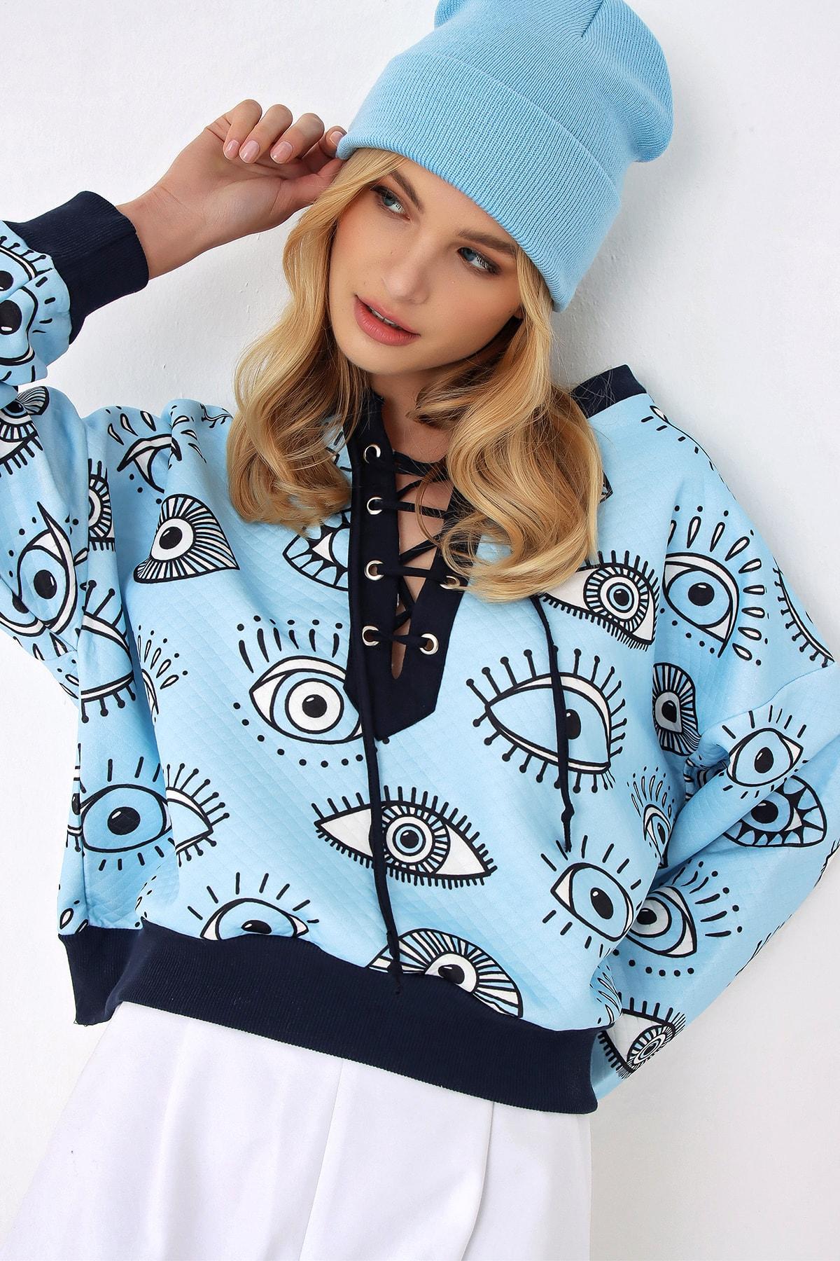 Trend Alaçatı Stili Kadın Mavi Önü Bağcıklı Dijital Baskılı Oversize Sweatshırt 1