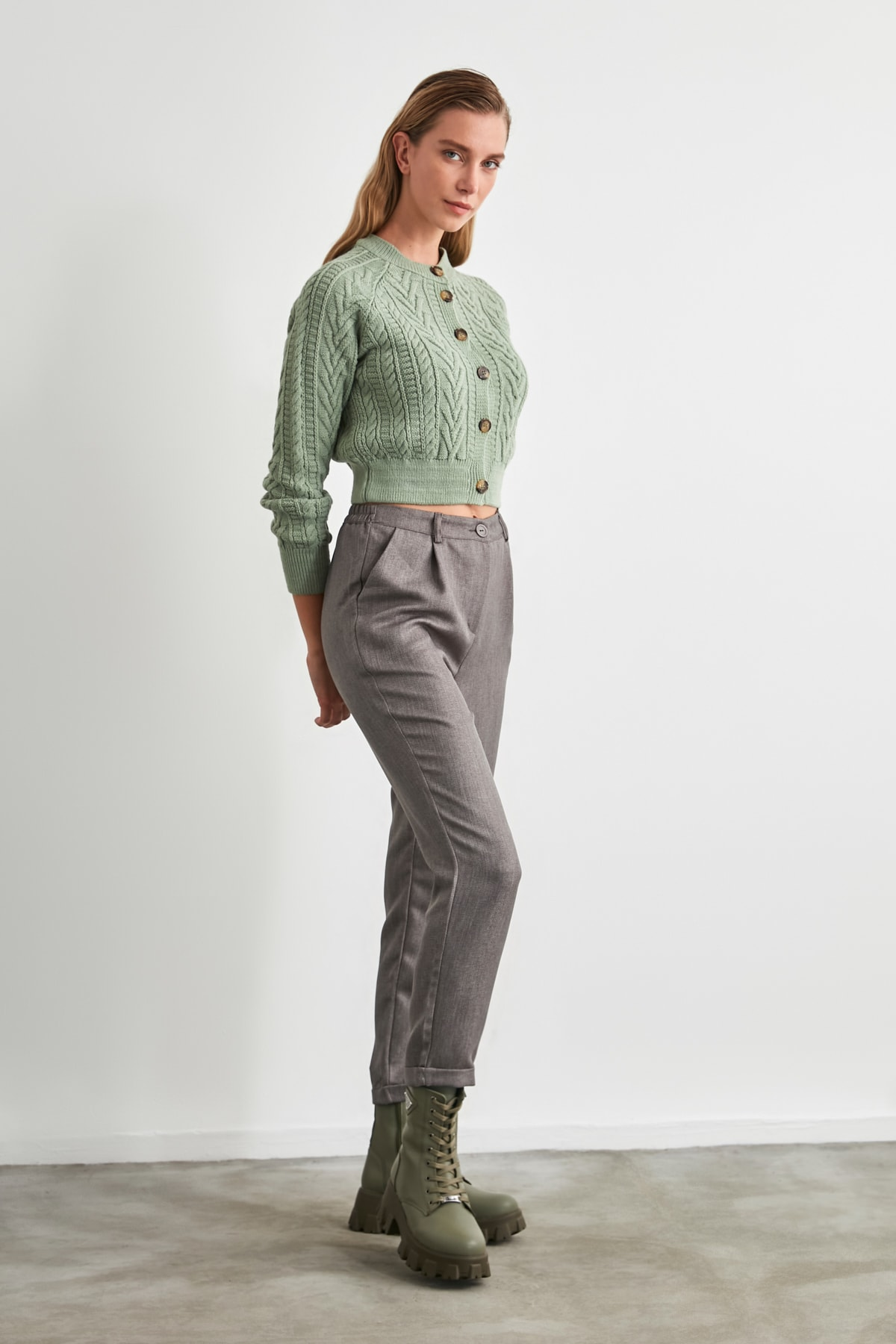 TRENDYOLMİLLA Gri Pili Detaylı Pantolon TWOAW20PL0541 1