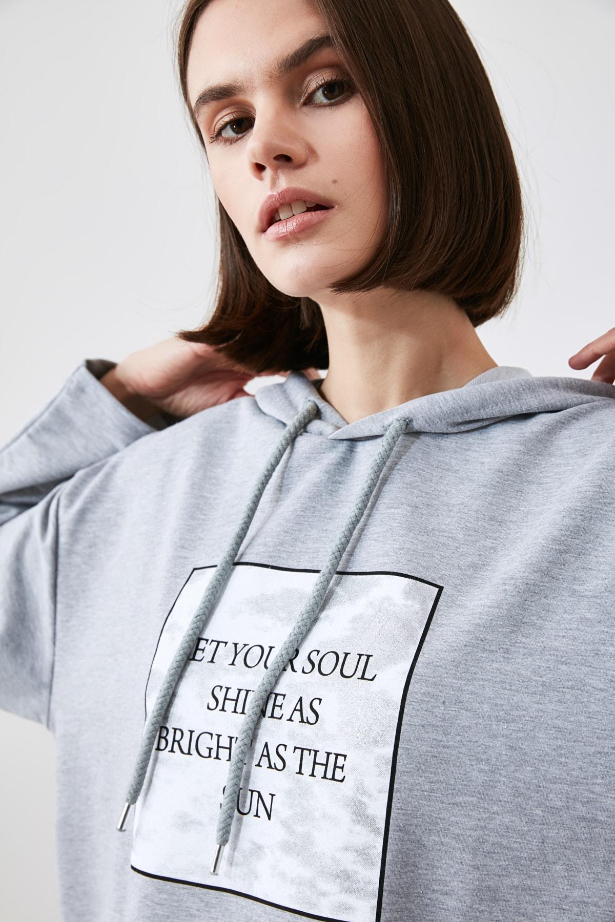 TRENDYOLMİLLA Gri Baskılı Örme Sweatshirt TWOAW21SW1921 1