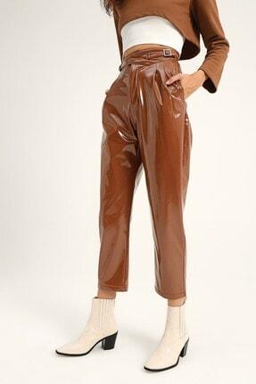 Quzu Kadın Taba Toka Detaylı Rugan Pantolon