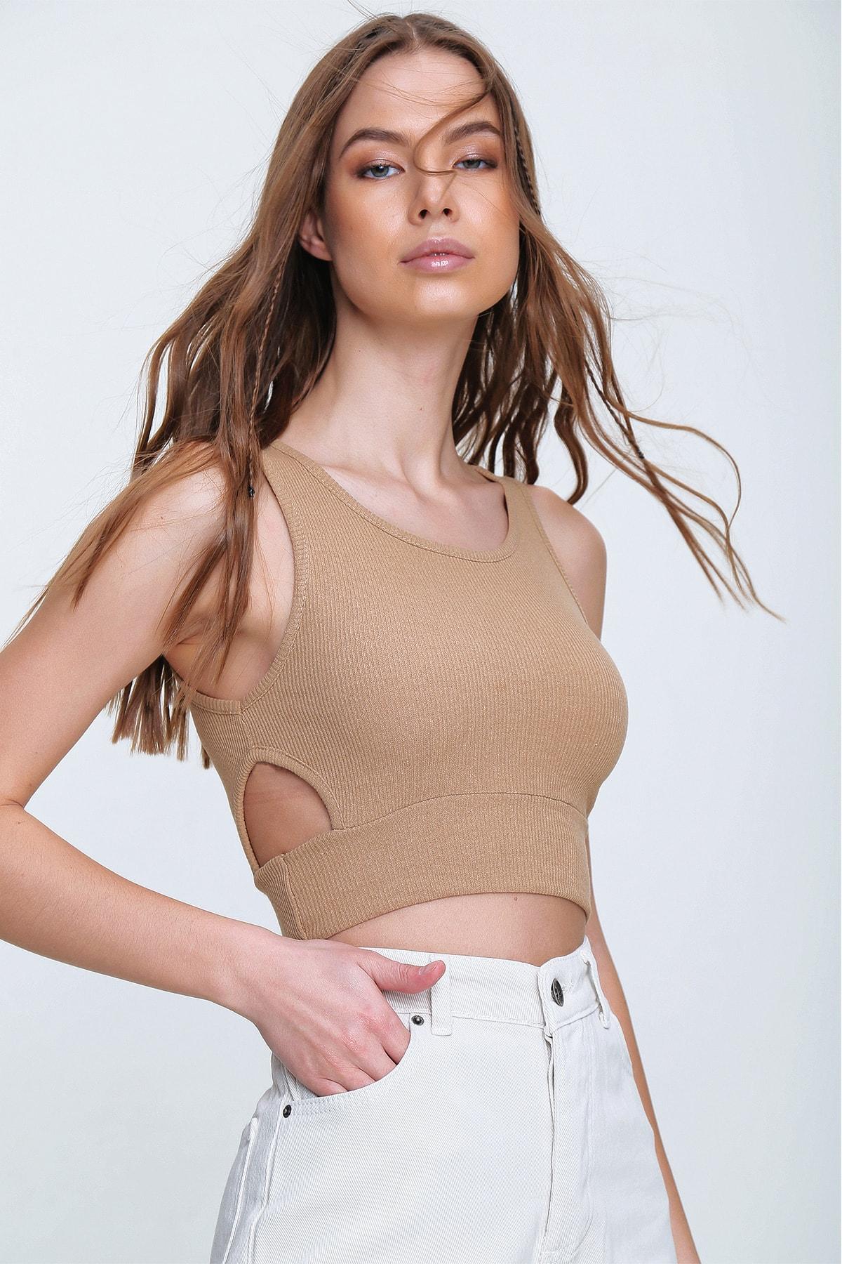 Trend Alaçatı Stili Kadın Bej Dekolteli Crop Kaşkorse Bluz ALC-X6077 1