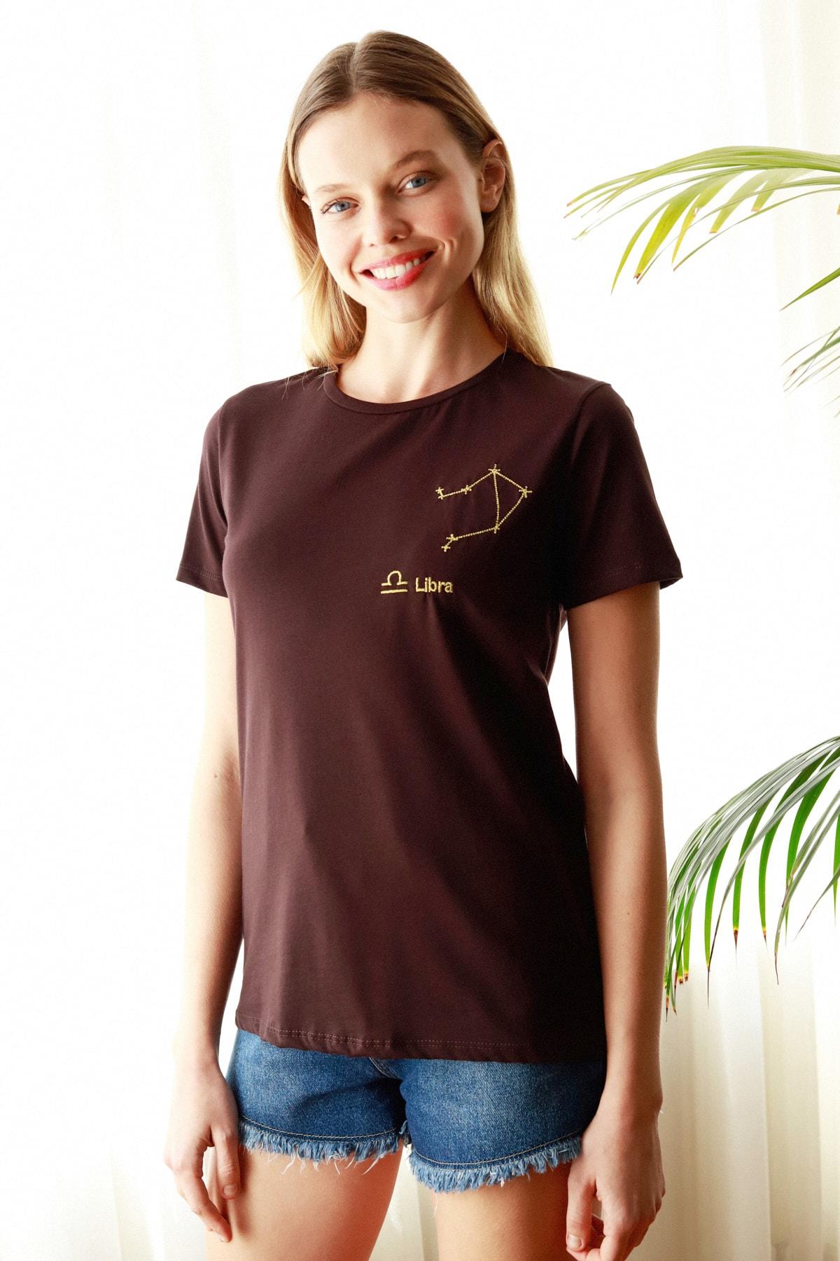TRENDYOLMİLLA Kahverengi Terazi Burç Nakışlı Basic Örme T-Shirt TWOSS20TS0293 2