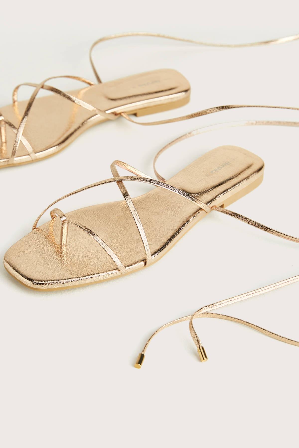 Bershka Kadın Altın Metalik Düz Bilekten Bağlamalı Sandalet. 11803660
