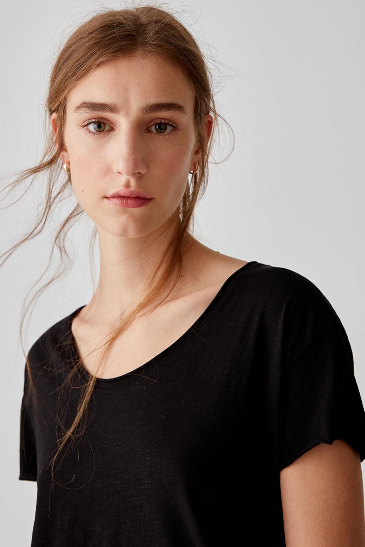 Pull & Bear Kadın Siyah Biyeli Dikişli Basic T-Shirt 05236307 1