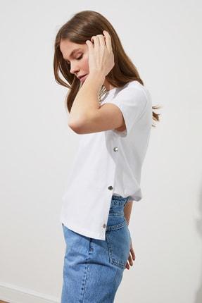 TRENDYOLMİLLA Ekru Yanları Çıtçıtlı Örme T-Shirt TWOSS20TS0745