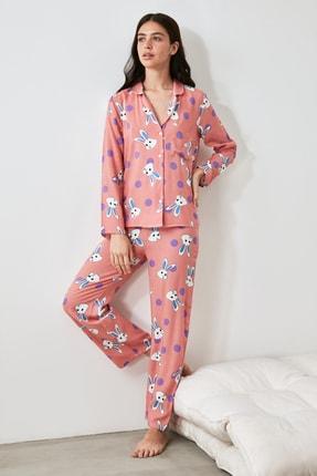 TRENDYOLMİLLA Somon Tavşan Baskılı Dokuma Pijama Takımı THMAW21PT0048