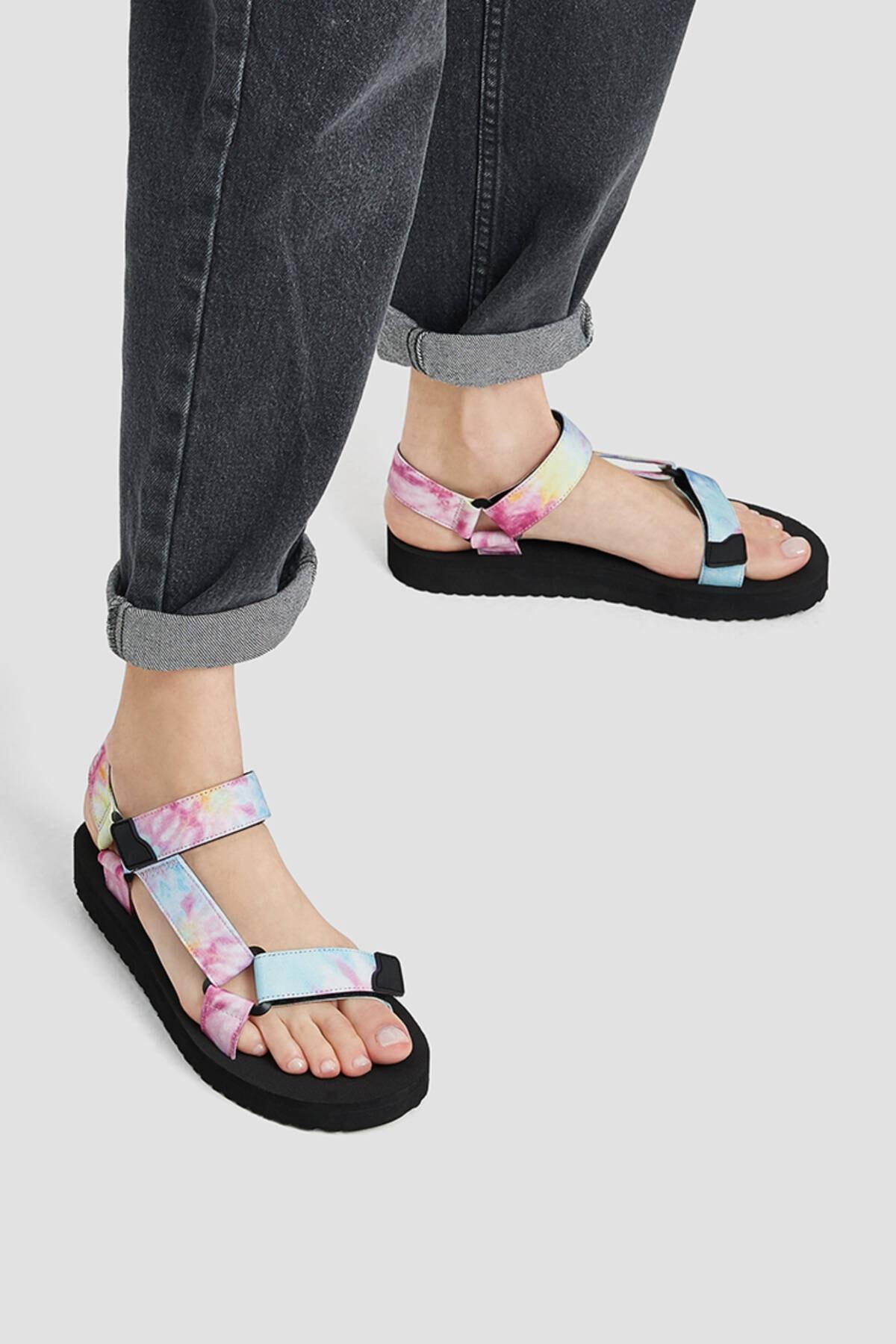 Pull & Bear Kadın Renkli Düz Bantlı Ve Tokalı Batik Desenli Sandalet 11704740 2