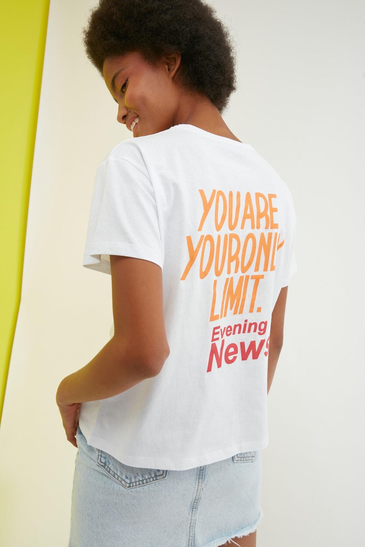TRENDYOLMİLLA Beyaz Baskılı Semifitted Örme T-Shirt TWOSS21TS2333 1