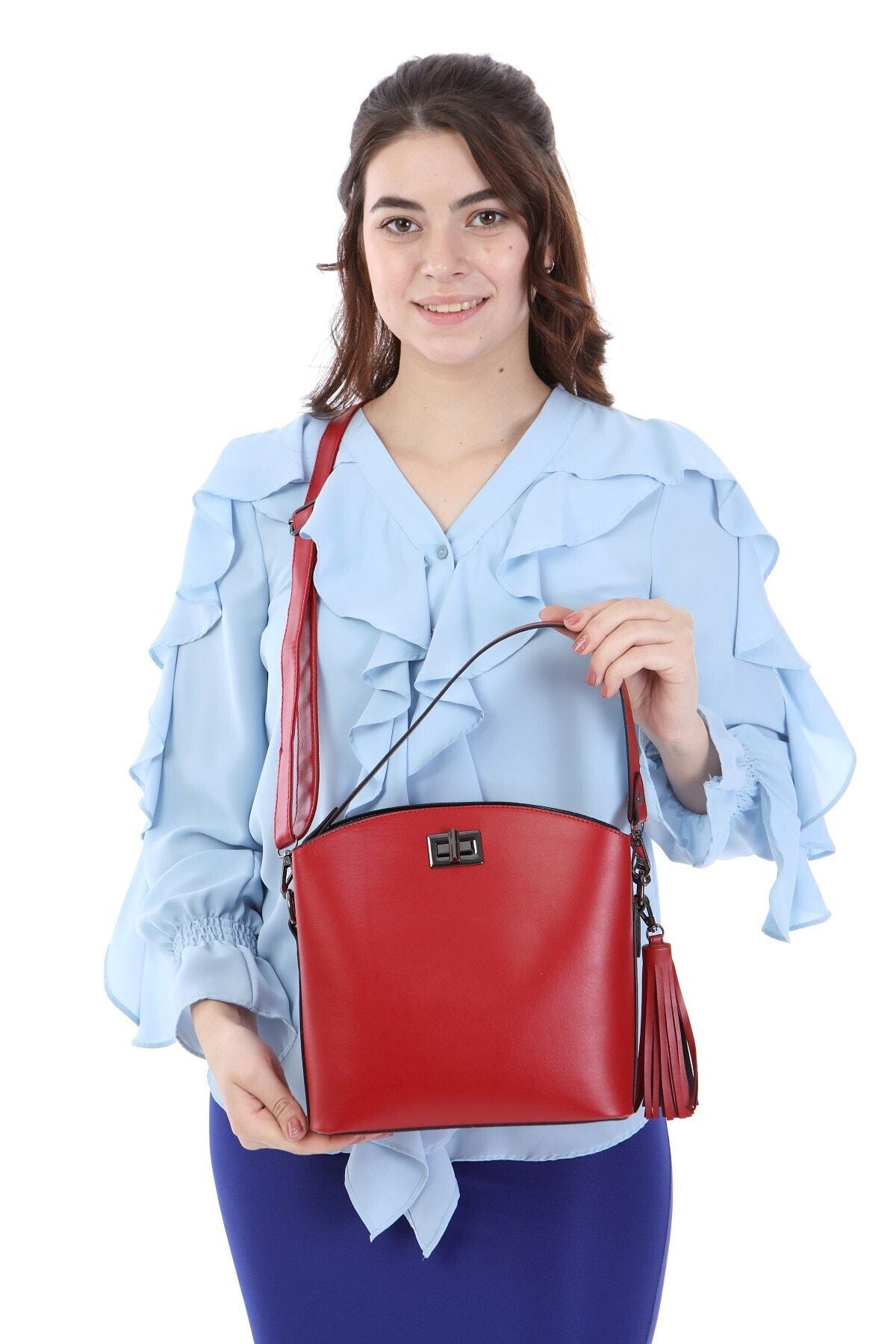 womenacs Kadın Kırmızı Renk Elde Ve Omuz Askılı Kullanılabilen Bol Gözlü Püskül Aksesuarlı Çantası 1