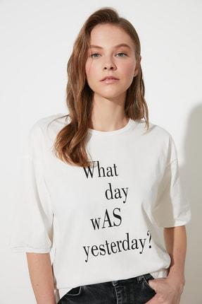 TRENDYOLMİLLA Ekru Baskılı Loose Örme T-Shirt TWOSS21TS1169
