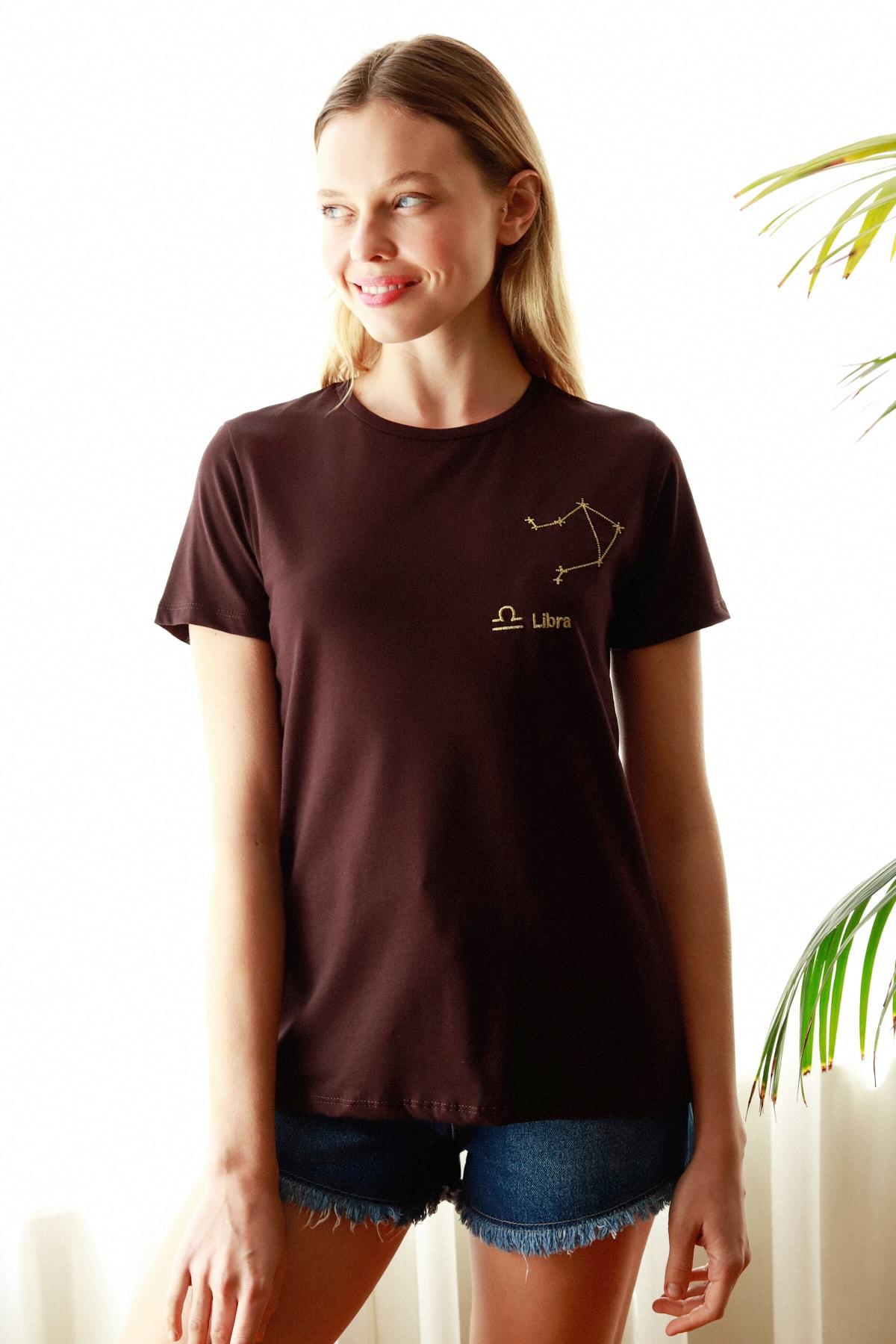 TRENDYOLMİLLA Kahverengi Terazi Burç Nakışlı Basic Örme T-Shirt TWOSS20TS0293 1
