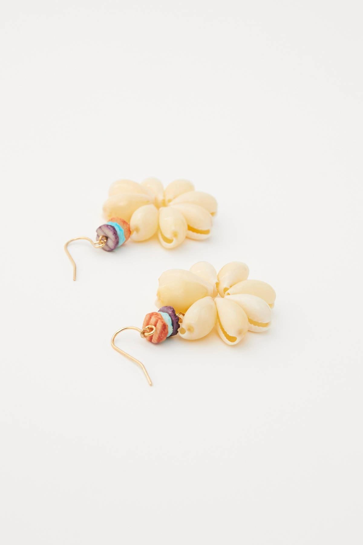 Pull & Bear Kadın Altın Rengi Denik Kabuklu Çiçek Küpe 05992323 1