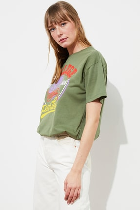 TRENDYOLMİLLA Haki Baskılı Boyfriend Örme T-Shirt TWOSS21TS2881
