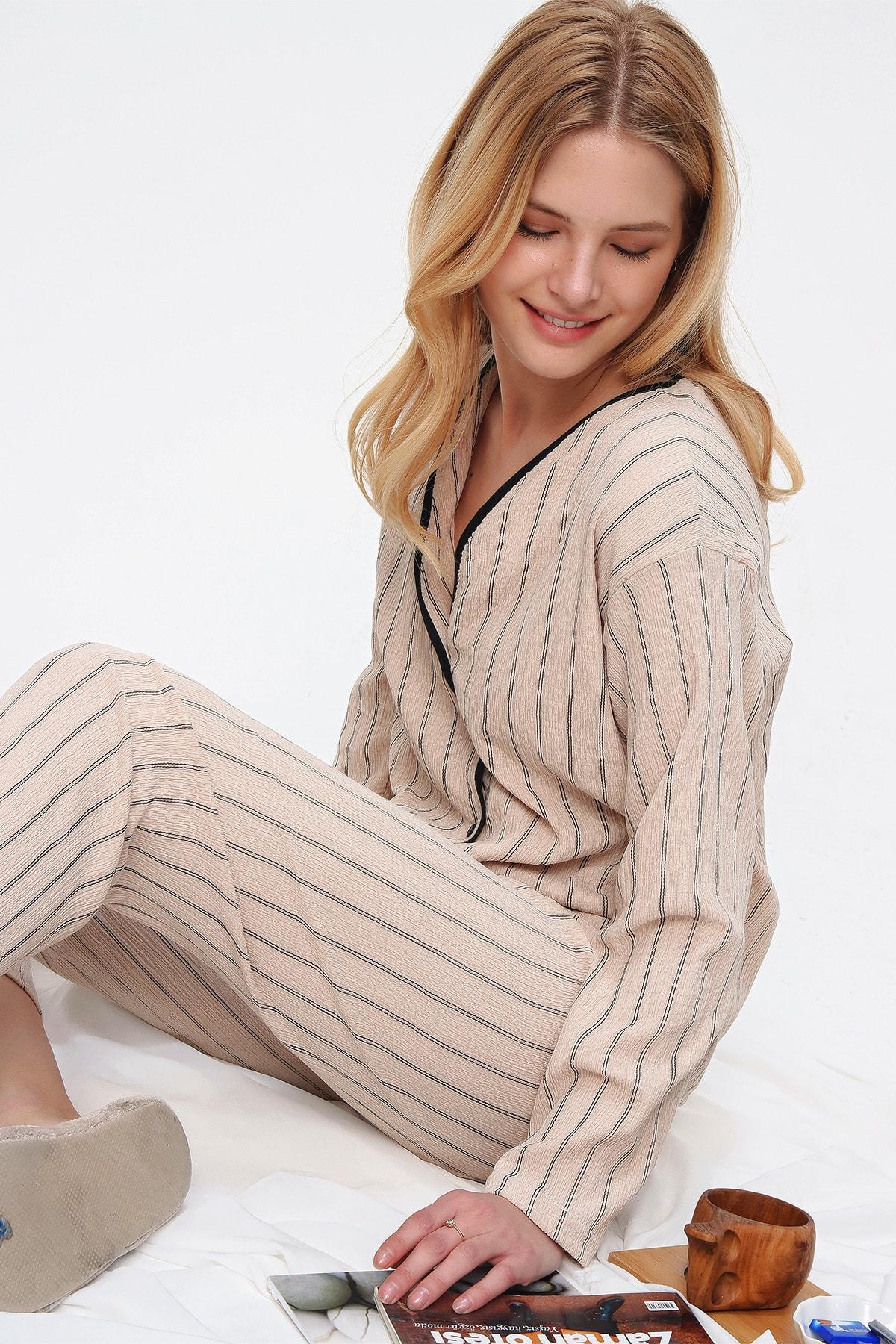 Trend Alaçatı Stili Kadın Bej Gömlek Yaka Çizgili Pijama Takım ALC-X5544 1