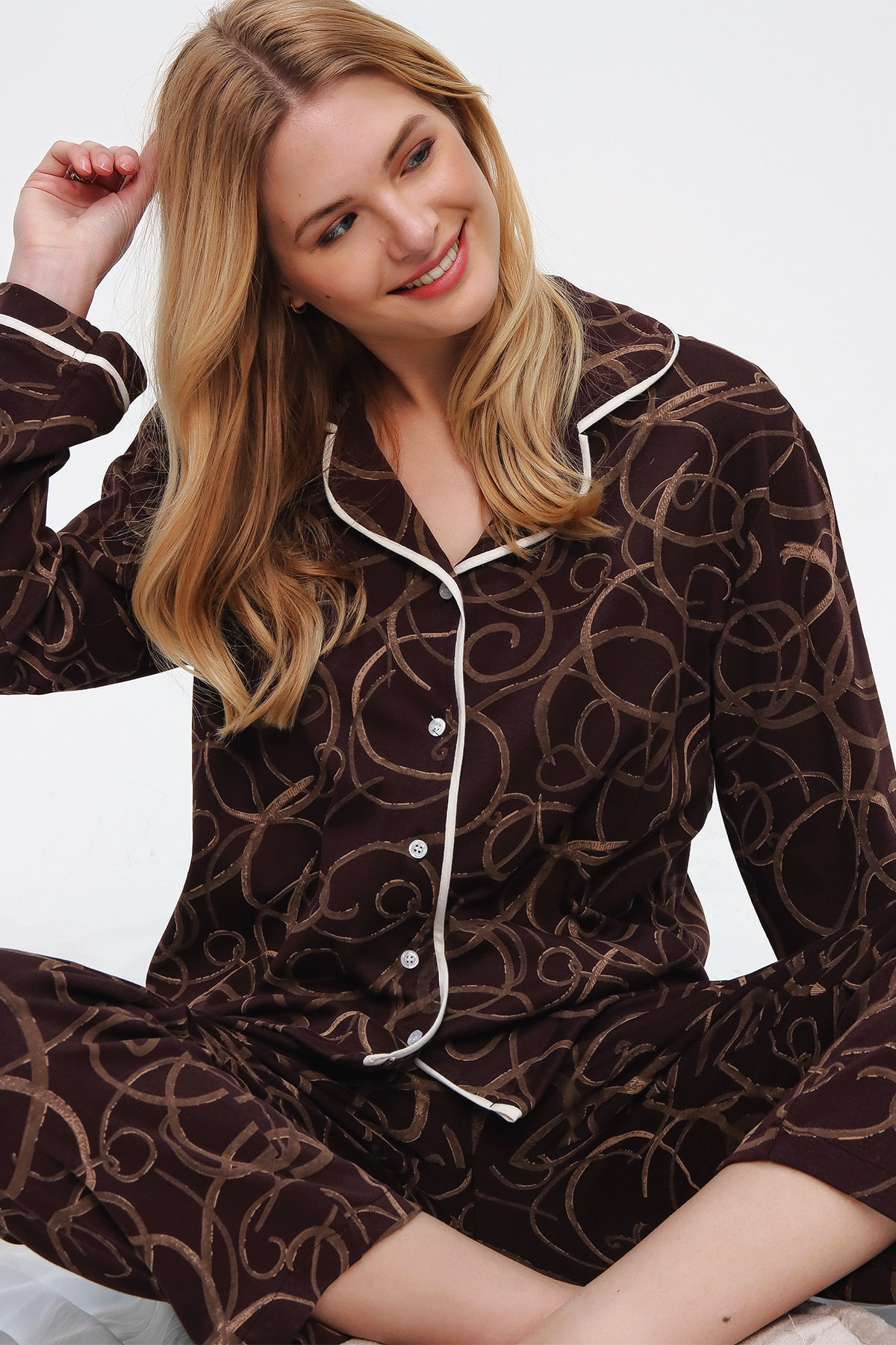 Trend Alaçatı Stili Kadın Kahverengi Desenli Gömlek Yaka Pijama Takım ALC-X5532 1