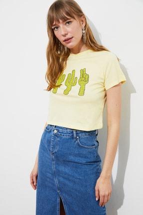 TRENDYOLMİLLA Sarı Baskılı Crop Örme T-Shirt TWOSS21TS2445