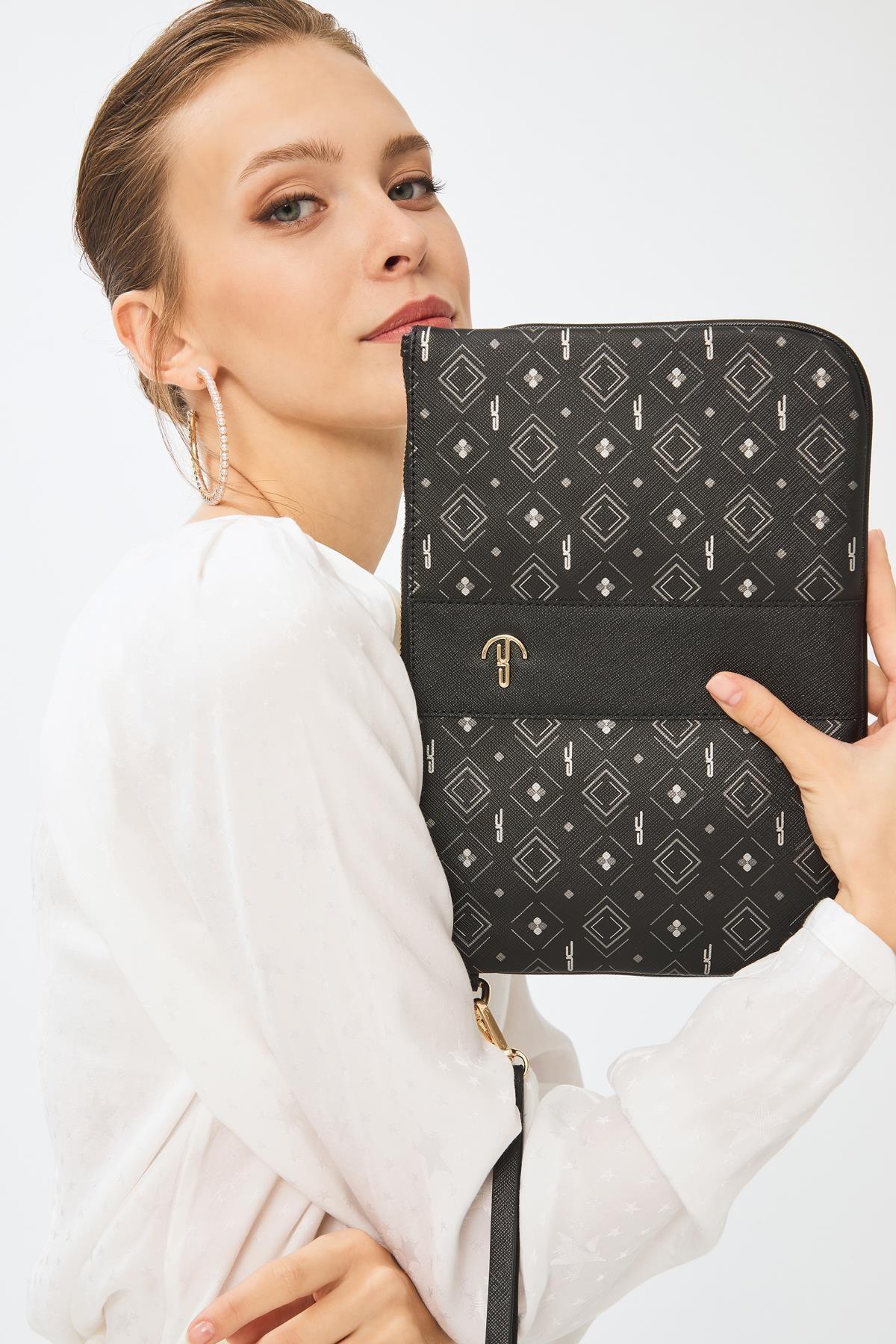 Deri Company Kadın Basic Clutch Çanta Monogram Desenli Şeritli Logolu Siyah Gri 214002 1