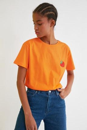 TRENDYOLMİLLA Turuncu Semifitted Nakışlı Örme T-Shirt TWOSS21TS0338