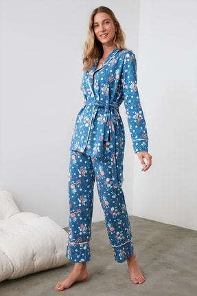 TRENDYOLMİLLA Mavi Çiçek Desenli Kruvaze Örme Pijama Takımı THMAW21PT0584