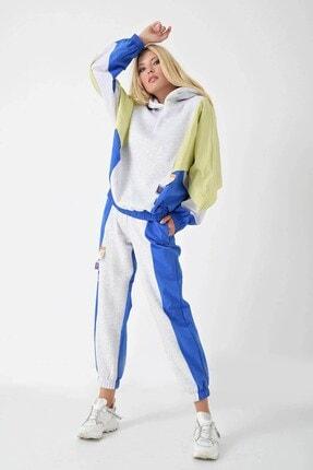 Modakapimda Kadın Gri Kapüşonlu Blok Renkli Paraşüt Kumaş Polarlı Eşofman Takımı