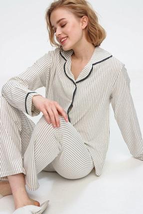 Trend Alaçatı Stili Kadın Ekru Gömlek Yaka İnce Çizgili Pijama Takım ALC-X5582