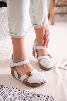 Limoya Hakiki Deri Katlyn Beyaz Çiçek Detaylı Burnu Kapalı Dolgu Topuklu Sandalet