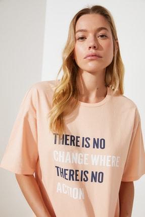TRENDYOLMİLLA Somon %100 Organik Pamuk Loose Baskılı Örme T-Shirt TWOSS21TS1430