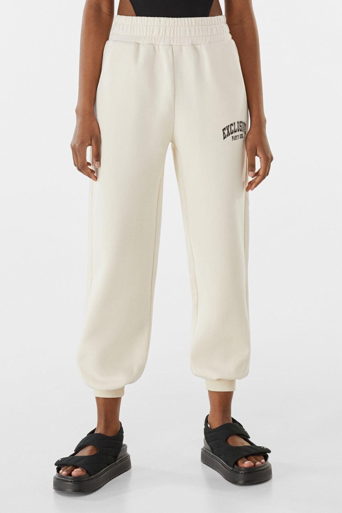 Bershka Kadın Kum Rengi Pamuklu Baskılı Jogging Fit Pantolon 00086539