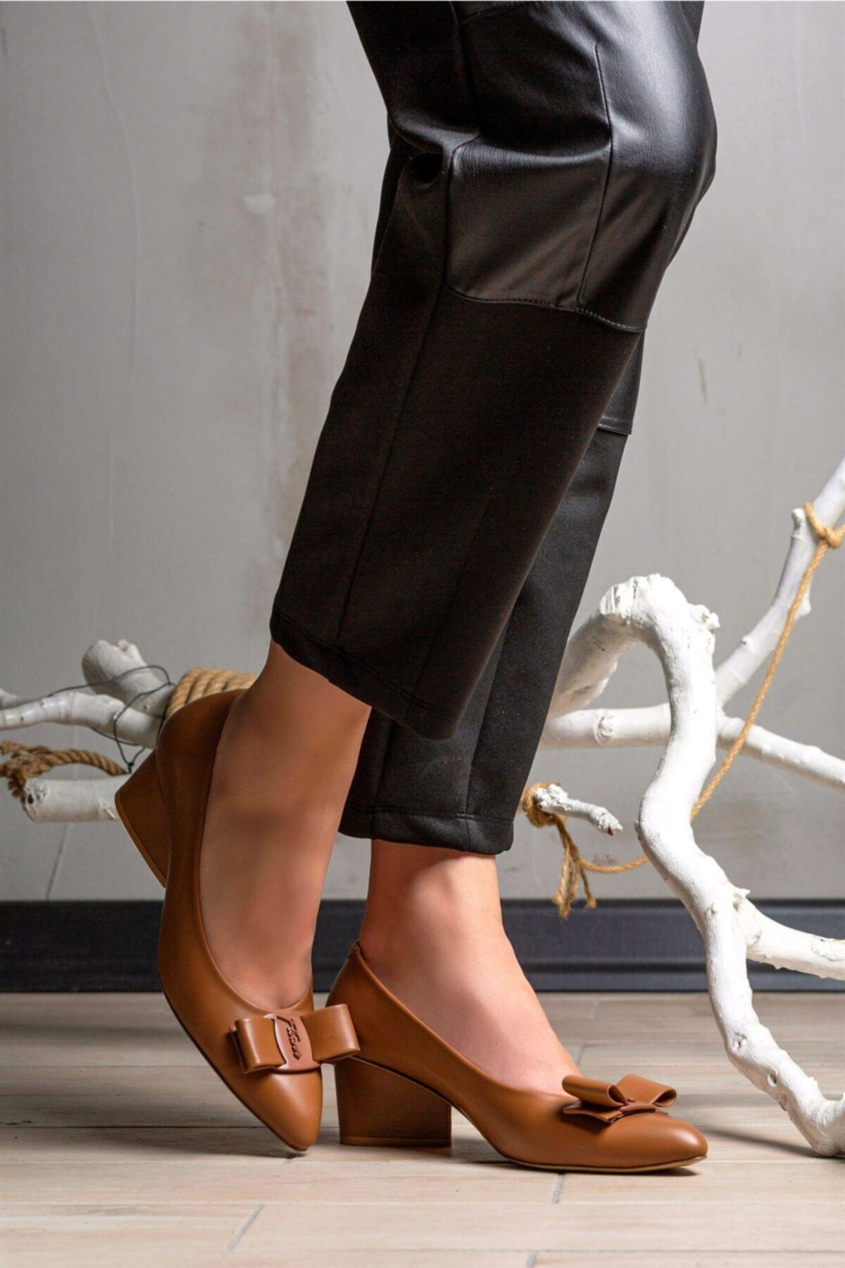 Flower Taba Deri Fiyonk Detaylı Topuklu Ayakkabı 2