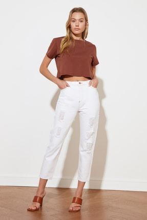 TRENDYOLMİLLA Beyaz Yırtık Detaylı Yüksek Bel Mom Jeans TWOSS21JE0631