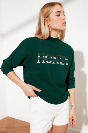 TRENDYOLMİLLA Zümrüt Yeşili Nakışlı Dik Yaka Örme Sweatshirt TWOSS21SW0067