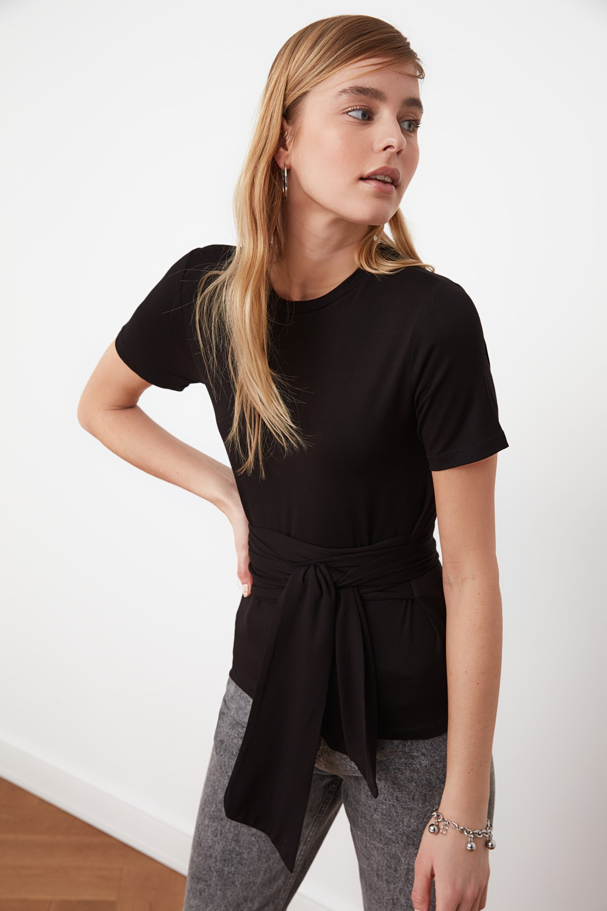 TRENDYOLMİLLA Siyah Bağlama Detaylı Örme Bluz TWOSS21BZ0138 1