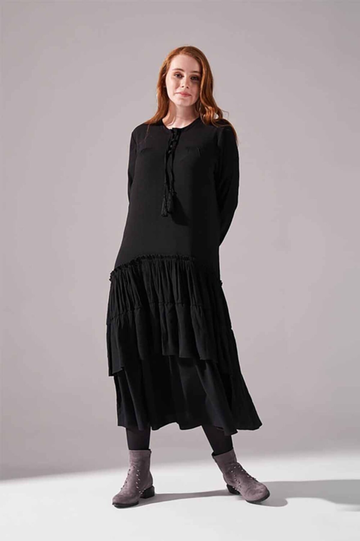 Mizalle Kolları Büzgülü Kat Detaylı Elbise (Siyah) 1