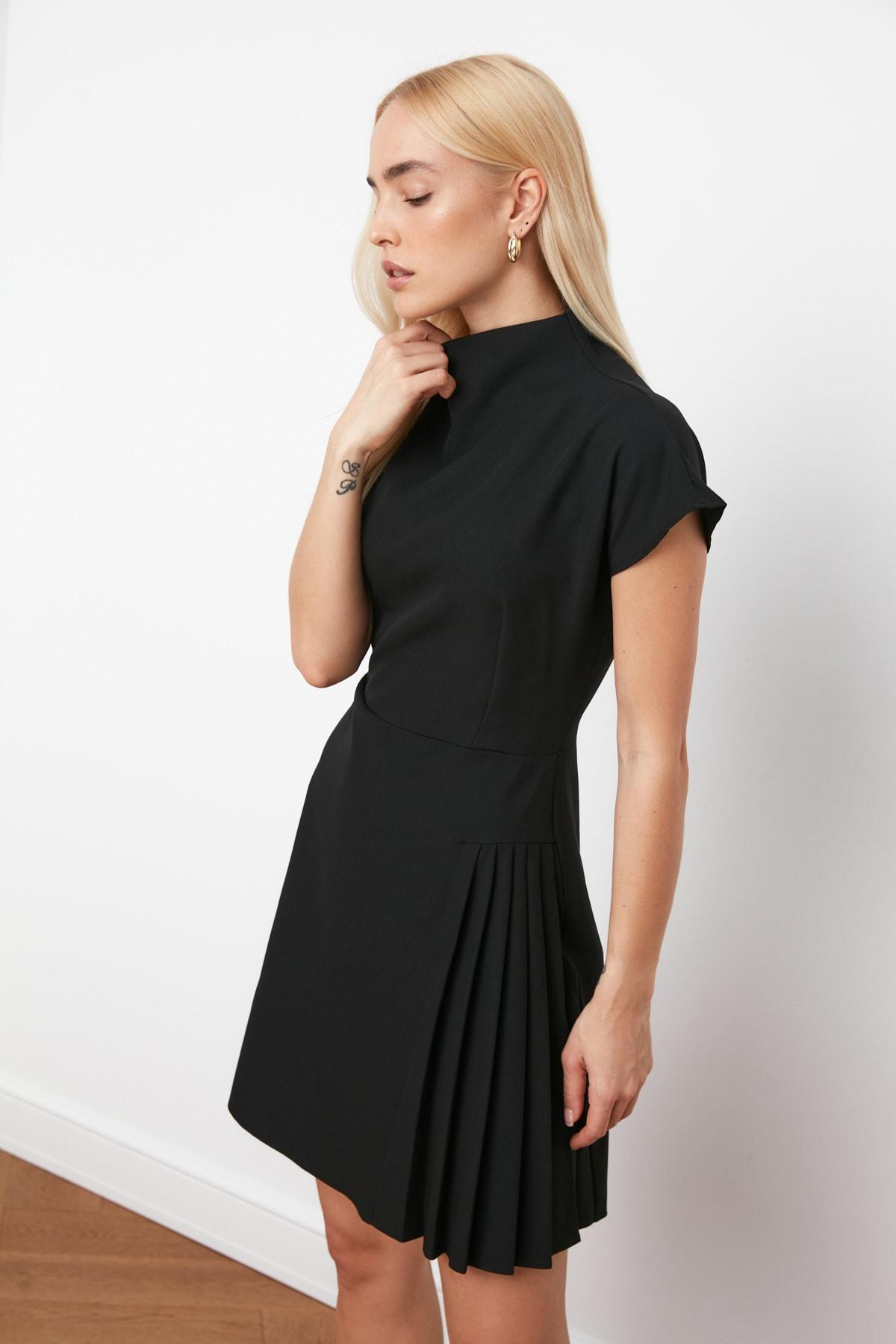 TRENDYOLMİLLA Siyah Pilise Detaylı Elbise TWOSS21EL0321 2