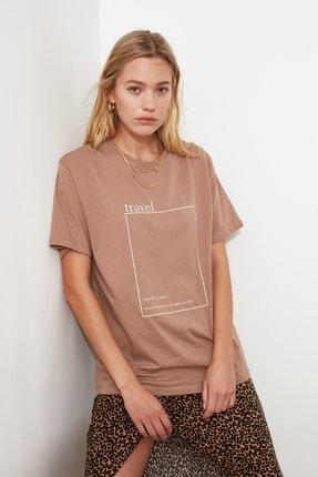 TRENDYOLMİLLA Vizon Baskılı Boyfriend Örme T-Shirt TWOSS20TS0755