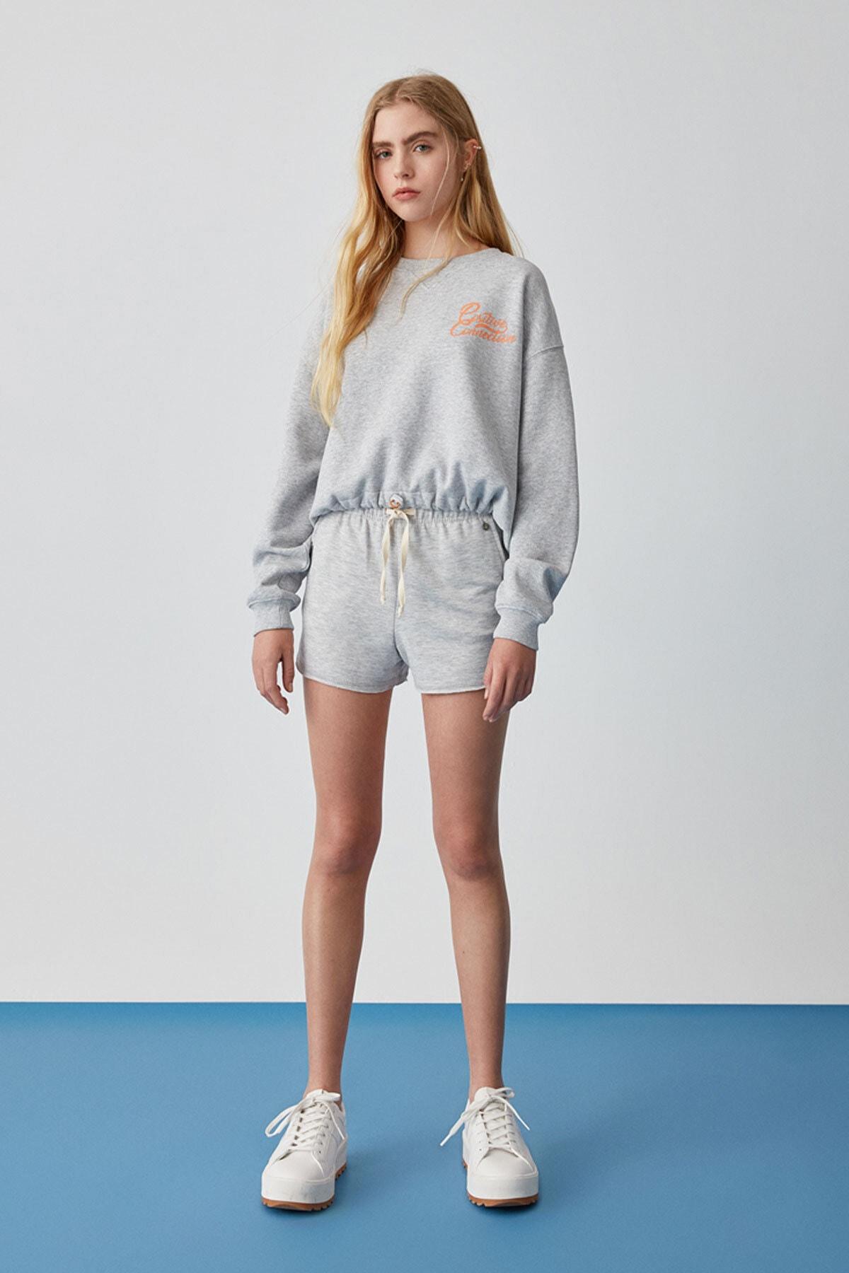 Pull & Bear Kadın Açık Melanj Elastik Kenarlı Gri Crop Fit Sweatshirt 05596382