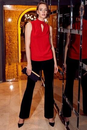 Journey Kadın Kırmızı Pile Detaylı Dik Yaka Yaka Üstü Gold Aksesuarlı Ön V Damla Kolsuz Bluz 19KBLZ485